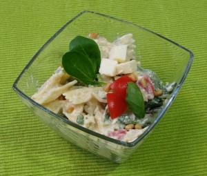 Nudelsalat in einer Glasschüssel
